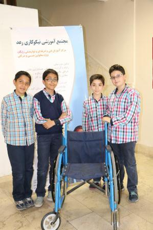 اهداء ویلچر به معلولین از طرف دبستان تطبیقی و بین الملل پسران